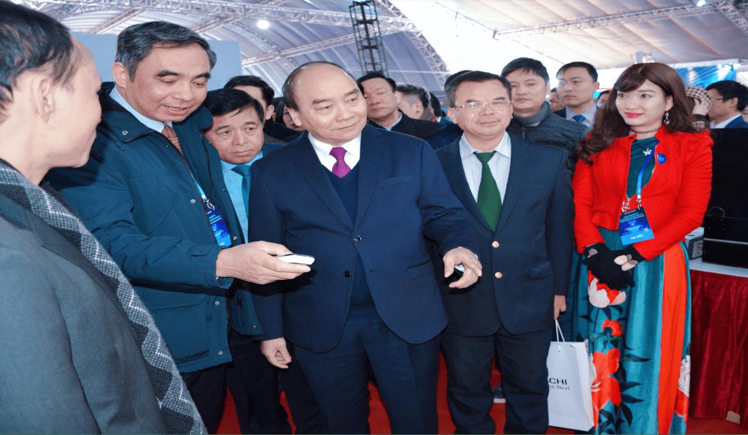 Thủ tướng Chính phủ Nguyễn Xuân Phúc thăm gian trưng bày của Viện Hàn lâm KH&CN Việt Nam và nghe giới thiệu về sản phẩm của Viện Khoa học vật liệu