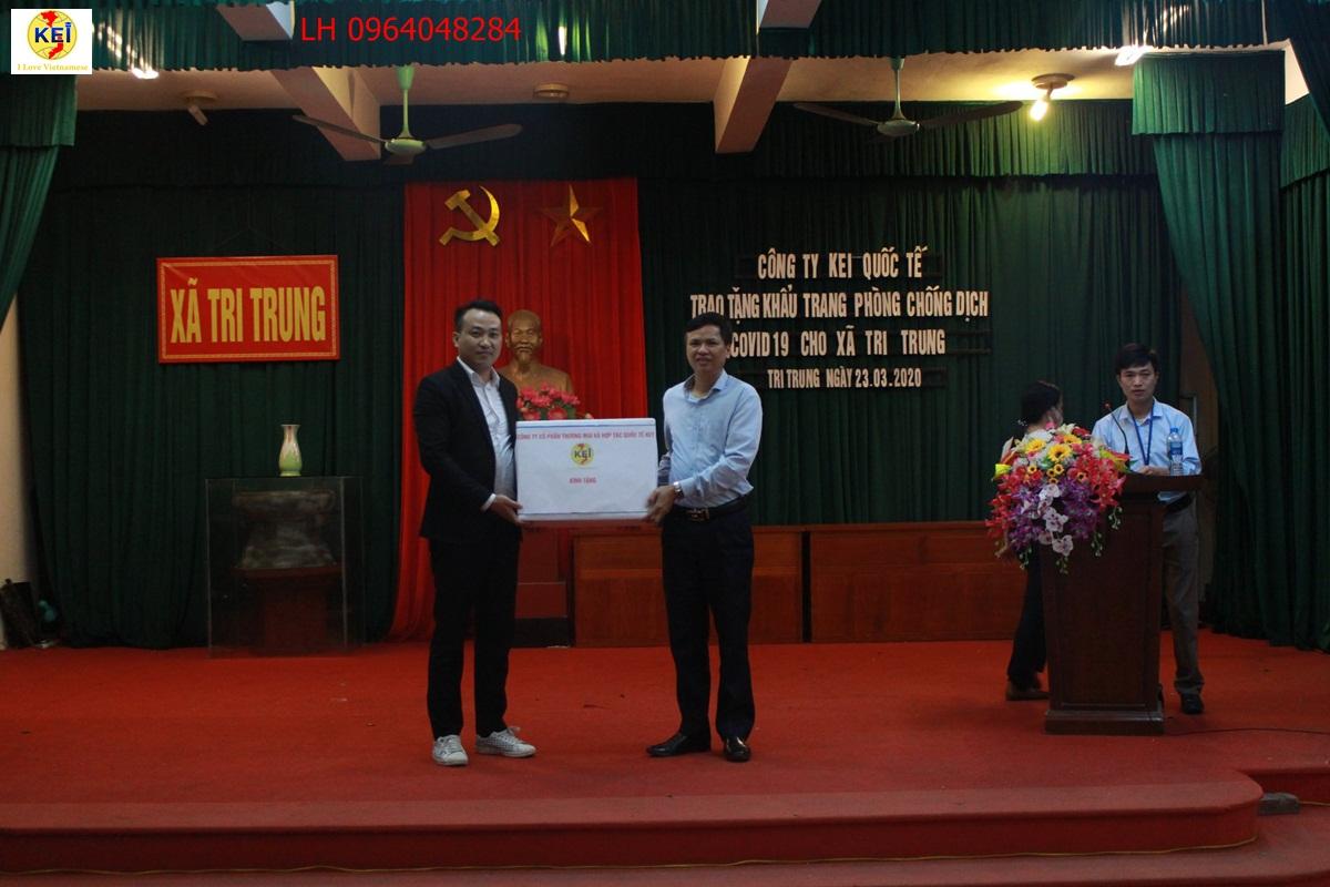 Công ty Kei tặng khẩu trang chống dịch Covid-19 cho ban chỉ đạo xã Tri Trung