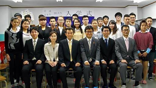 Giáo viên và học tại trường học viện Nhật ngữ Osaka