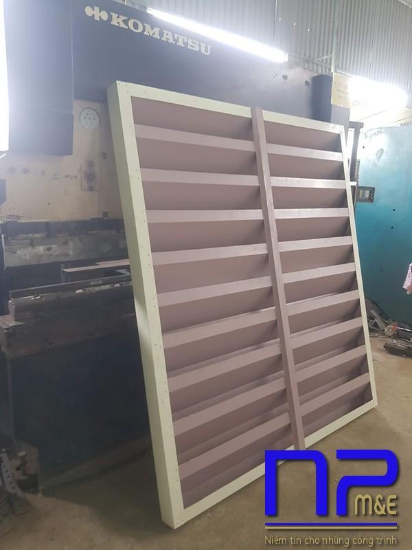Hình ảnh sản xuất cửa chớp tôn mạ màu vàng kem2