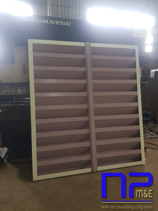 Hình ảnh sản xuất cửa chớp tôn mạ màu vàng kem1