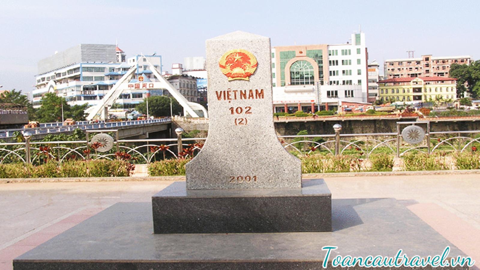 cột mốc biên giới 102 Việt – Trung tại cửa khẩu Hà Khẩu.