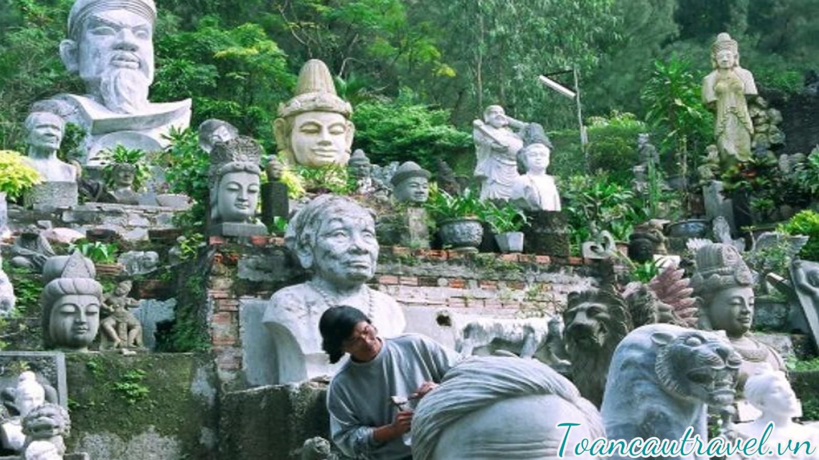 chiêm ngưỡng các kiệt tác điêu khắc đá tinh xảo được tạo ra từ bàn tay tài hoa của các nghệ nhân làng đá Non Nước dưới chân núi