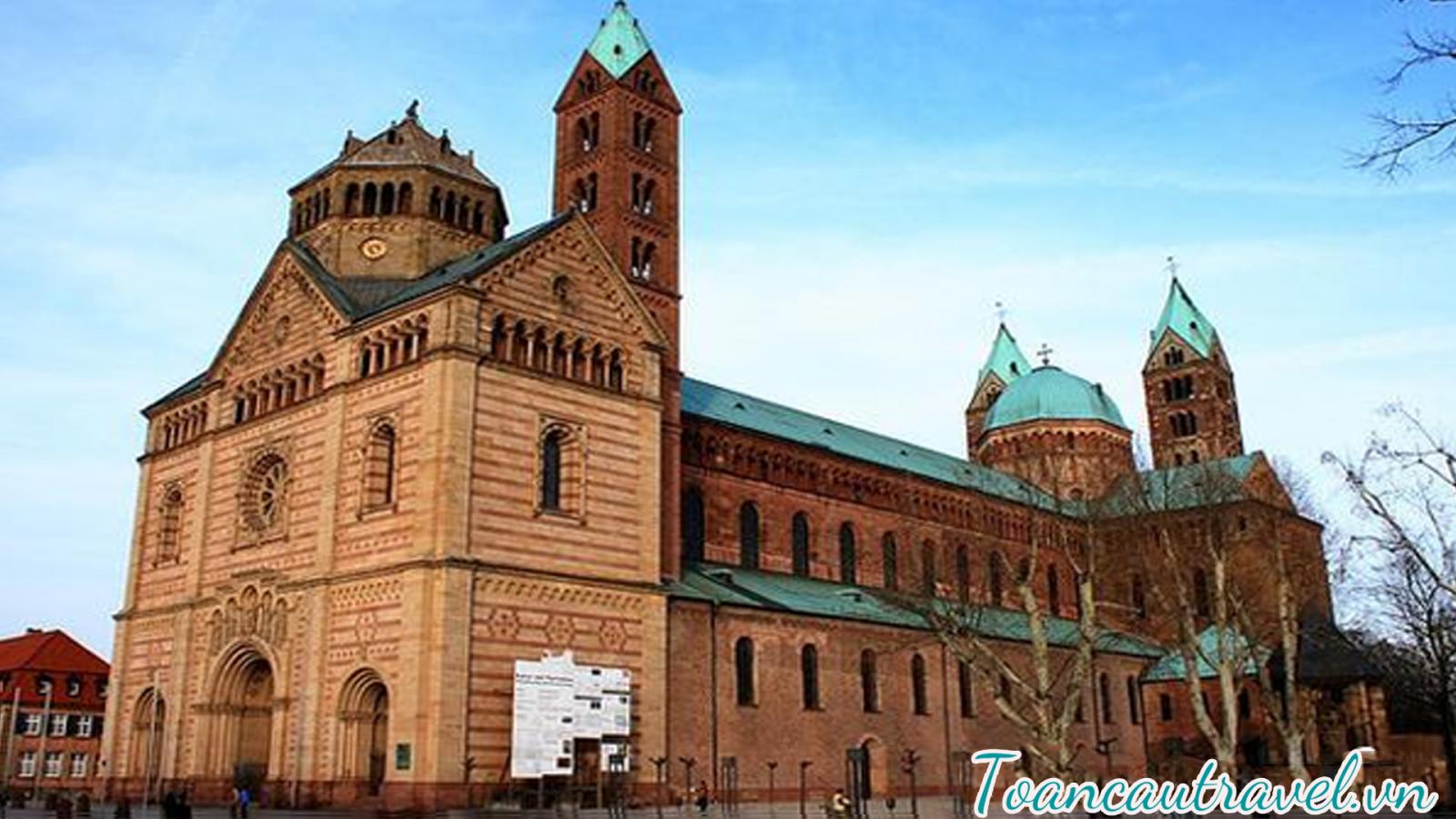 Nhà thờ lớn Dom (Cathedral of Saint Bartholomew) – Nhà thờ chính của Frankfurt, được xây dựng vào giữa thế kỷ 14- 15 mang dáng dấp kiến trúc Baroque