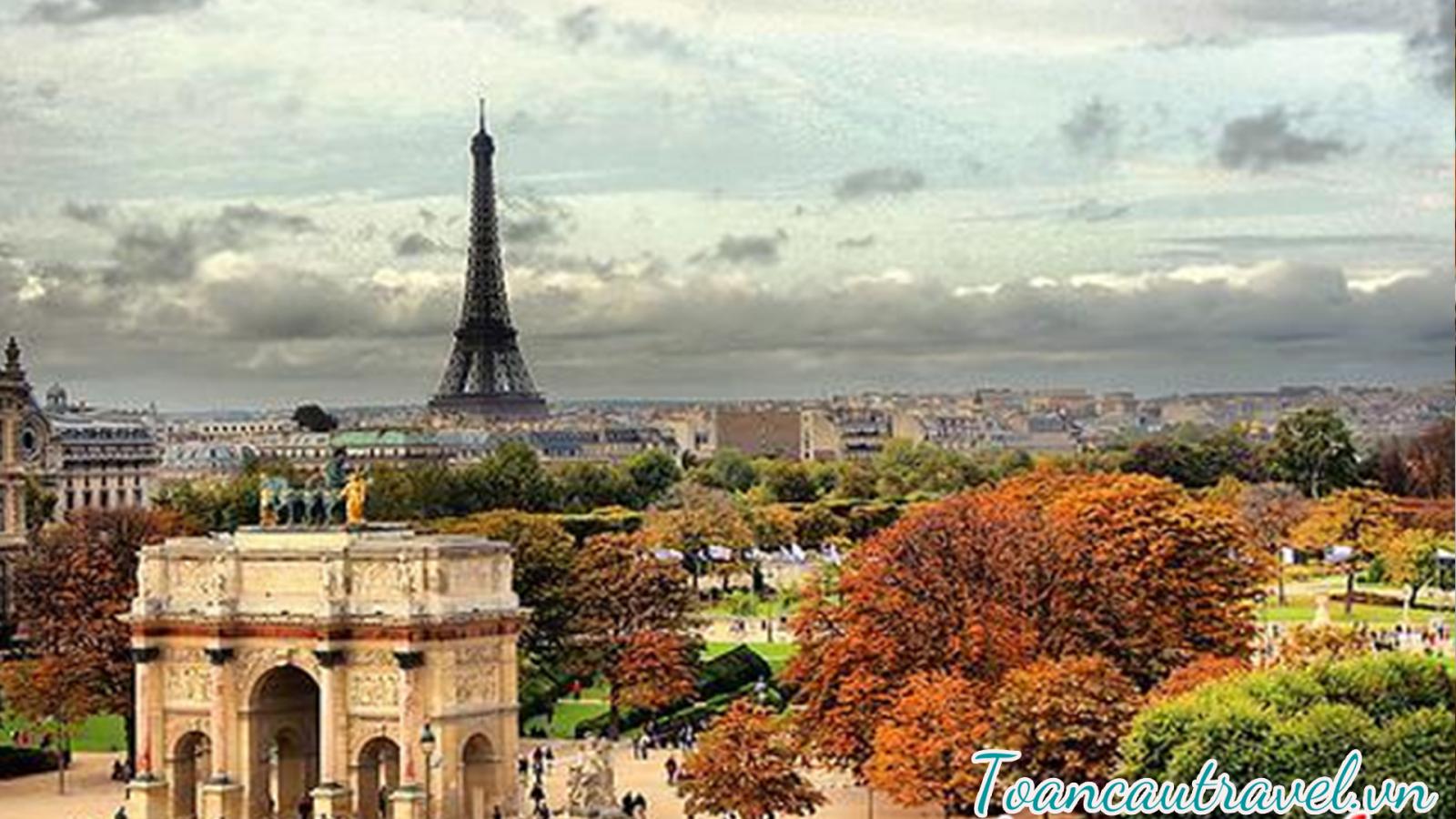 """Paris còn nổi tiếng là """" kinh đô ánh sáng"""" hay """" kinh đô thời trang"""" với nhiều trung tâm thương mại lớn và sự phát triển đa dạng về các lĩnh vực tài chính, kinh tế, chính trị, du lịch...."""