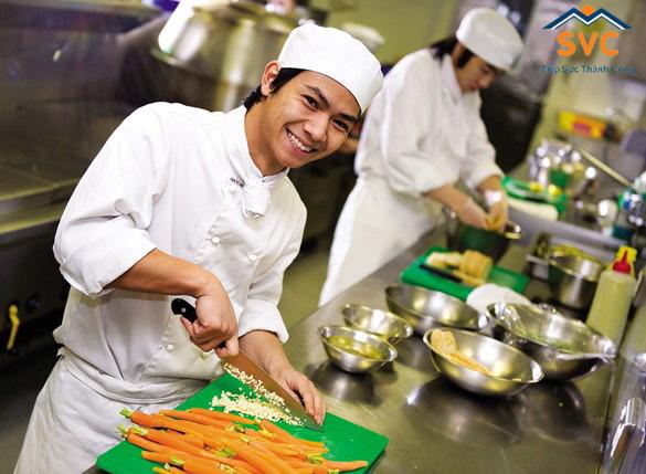 Du học sinh Việt Nam phụ bếp tại nhà hàng Hàn Quốc