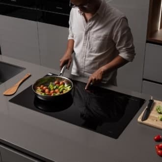 Thực hiện thao tác bật tắt chức năng trên bếp từ