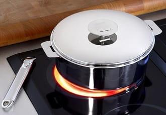 Bếp hồng ngoại không có vùng từ còn bếp điện từ có