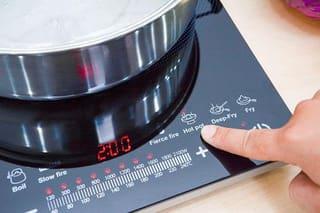 Nên gọi thợ sửa bếp hồng ngoại hỏng cảm ứng tại nhà