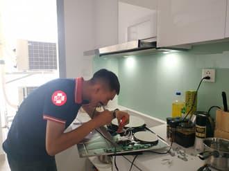 Nên gọi thợ sửa bếp từ nếu không thể tự sửa được