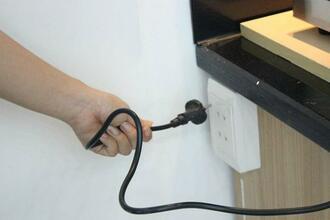 Bếp hồng ngoại bật không lên do hỏng cổ cắm điện