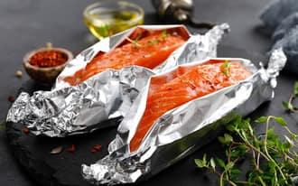 Thực phẩm nướng trên bếp hồng ngoại bằng giấy bạc