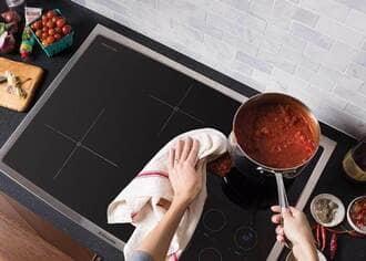 Bếp từ hỏng vì không vệ sinh lau chùi khi đun nấu