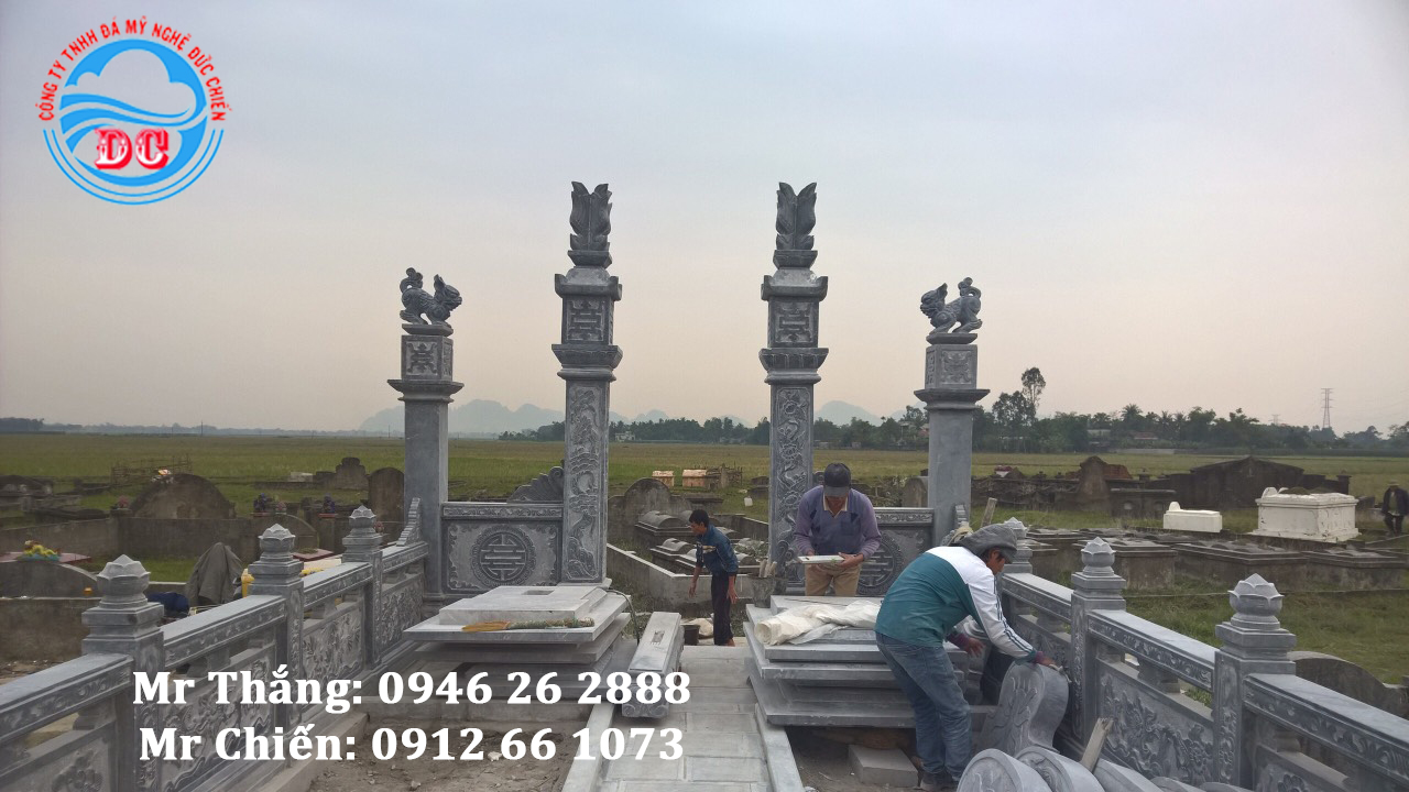 Các nghệ nhân Đức Chiến thi công lắp đặt công trình khu lăng mộ