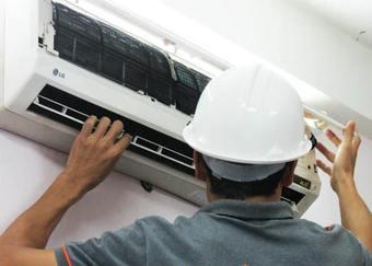 Tháo bỏ vỏ máy để thực hiện vệ sinh dàn lạnh điều hòa