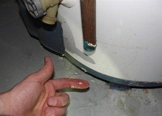 Bình nóng lạnh funiki chảy nước nên sửa ngay