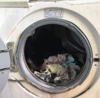 Sửa máy giặt bẩn khiến quần áo không sạch
