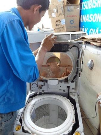 Máy giặt cắm điện nhưng bật không lên, k bấm được start