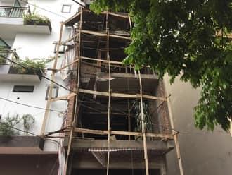 Lắp điều hòa cho phòng khách nhà phố có cầu thang